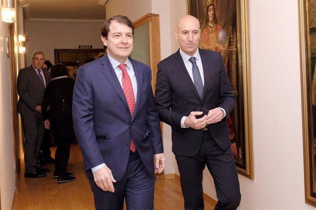 El presidente de la Junta de Castilla y León, Alfonso Fernández Mañueco, se reúne con el alcalde de León, José Antonio Diez.