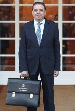 El ministro de Agricultura, Pesca y Alimentación, Luis Planas, posa con la cartera de su ministerio, a su llegada a La Moncloa , a 14 de enero de 2020.