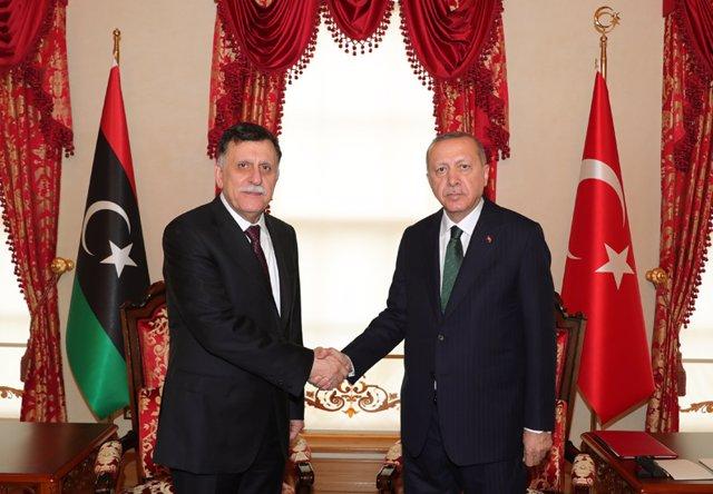 El presidente turco, Recep Tayyip Erdogan, y el primer ministro libio, Fayez Serraj