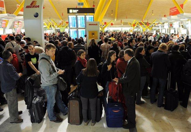 Colas de viajeros en el aeropuerto de Barajas de Madrid durante la huelga de controladores el 3 de diciempre de 2010