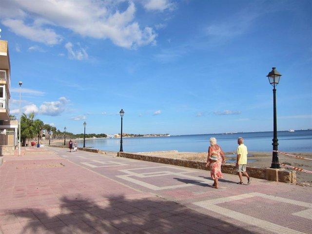 Imagen del paseo de Los Alcázares con el Mar Menor de fondo, viandantes, turistas
