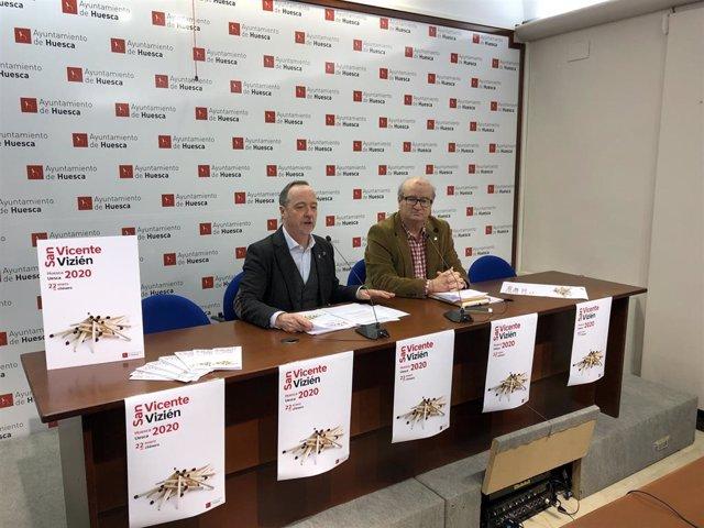 El concejal de Fiestas del Ayuntamiento de Huesca, Ramón Lasaosa, y el presidente del Patronato Municipal de Deportes, José María Romance, presentan los actos de San Vicente.