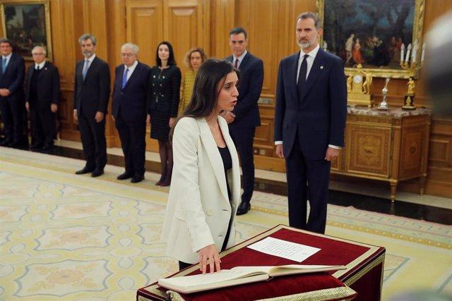 La nueva ministra de Igualdad, Irene Montero, jura o promete su cargo ante el Rey Felipe VI, en el Palacio de la Zarzuela de Madrid, a 13 de enero de 2020.