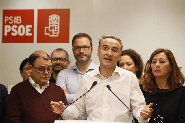 (I-D) El senador por Mallorca del PSIB-PSOE, Cosme Bonet; el candidato socialista al Congreso de los Diputados por Baleares, Pere Joan Pons y la presidenta del Govern de Balears, Francina Armengol durante la noche electoral del 10N en la sede del PSIB.