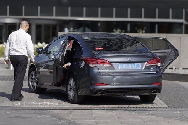Conductores de coches VTC de empresas como Cabify y Uber en el centro de Madrid.