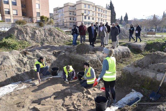 Imagen de las excavaciones que se llevan a cabo en la Plaza Poeta Rafael Guillén