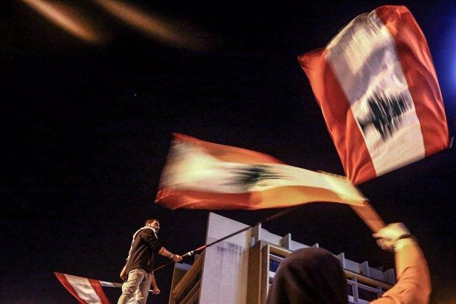 Manifestantes antigubernamentales con banderas de Líbano en las protestas del domingo en Beirut