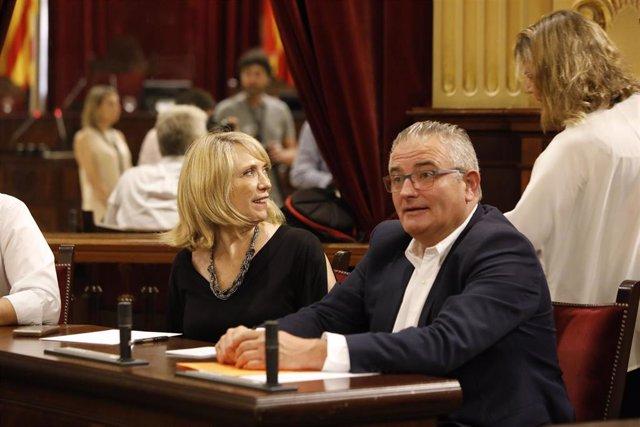 Los diputados de El PI, Jaume Font y  Lina Pons, en sus escaños en el Parlament.