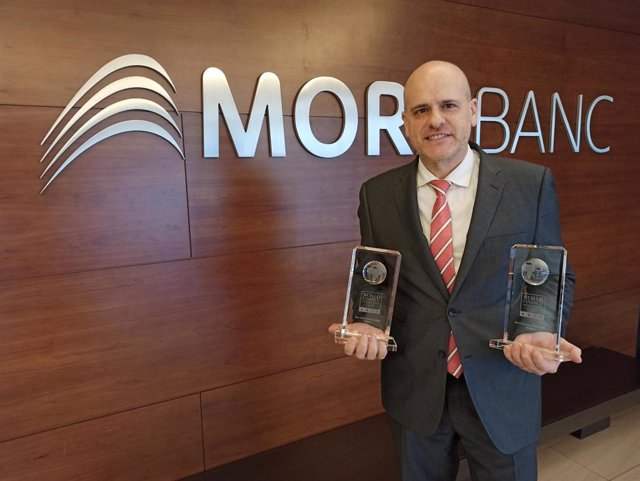 El director del área de Experiencia Global de Cliente de MoraBanc, Ignasi Martín, con los premios