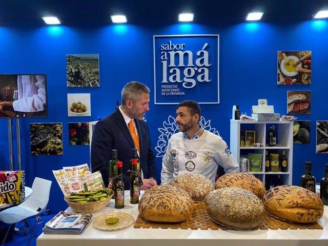 El vicepresidente de la Diputación de Málaga Juan Carlos Maldonado (i) junto al panadero malagueño Juan Manuel Moreno, que ha elaborado el pan más caro del mundo con oro, plata y flores comestibles
