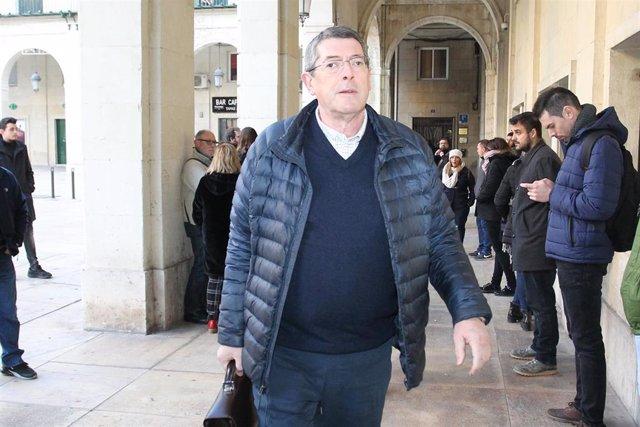 Juan Cano, sucesor de Alejandro Ponsoda, a la llegada a la Audiencia de Alicante para el juicio del caso Polop