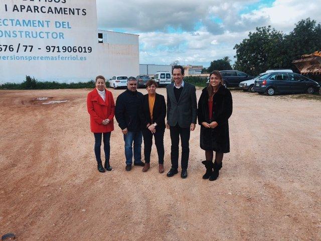 El conseller Marc Pons y la alcaldesa de Santanyí, Maria Pons anuncian la nueva promoción de VPO en este municipio.