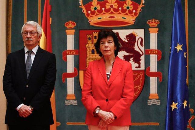 La ministra de Educación y Formación Profesional, Isabel Celaá y el secretario de Estado de Educación, Alejandro Tiana, durante acto de entrega de las condecoraciones de la Orden Civil de Alfonso X el Sabio.