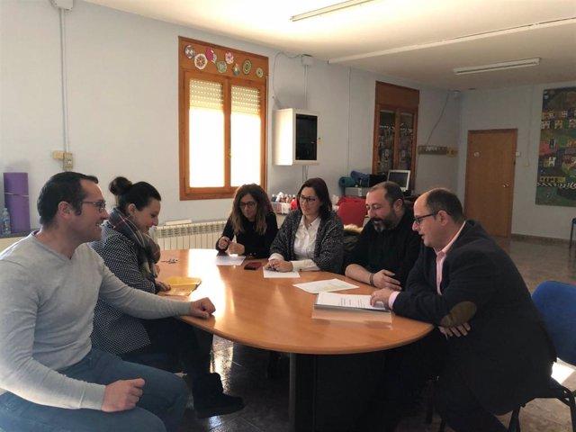 El vicepresidente de la Diputación de Teruel, Alberto Izquierdo, visita la localidad de Gargallo junto con la diputada autonómica y edil de Andorra Esther Peirat.