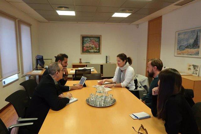 El vicepresidente y conseller de Transición Energética y Sectores Productivos, Juan Pedro Yllanes, y el director general de Industria, Antoni Morro,  en una reunión con representantes del Col·lectiu Moda Mallorca