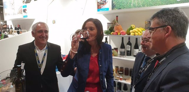 La ministra de Turismo, Reyes Maroto, degusta una copa de vino en el stand de Tenerife en Madrid Fusión