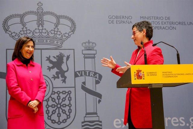 Arancha González Laya (d) realiza un discurso tras recibir la cartera del Ministerio de Asuntos Exteriores, UE y Cooperación, para el Gobierno de coalición de PSOE y Unidas Podemos en la XIV Legislatura, de manos de la ministra Margarita Robles