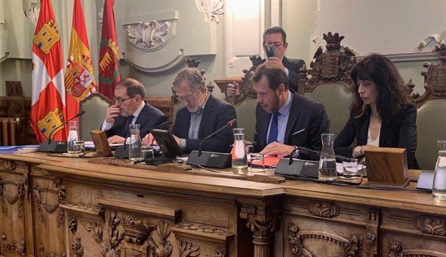 Mesa de presidencia del Pleno del Ayuntamiento de Valladolid.