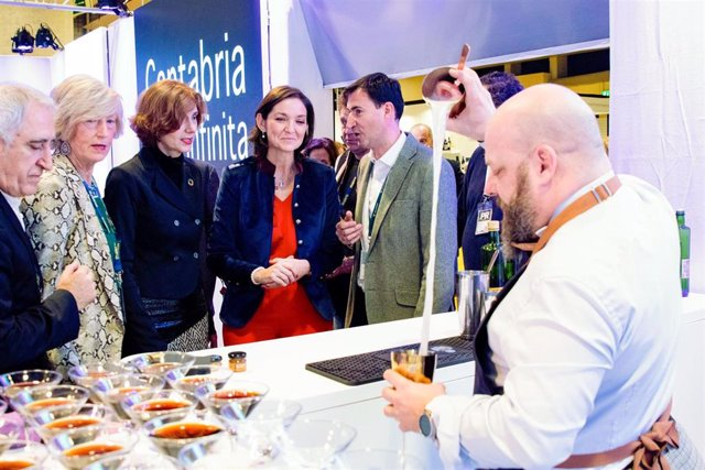La ministra de Turismo, Reyes Maroto, visita el espacio de Cantabria en Madrid Fusión acompañada de la consejera, Marina Lombó