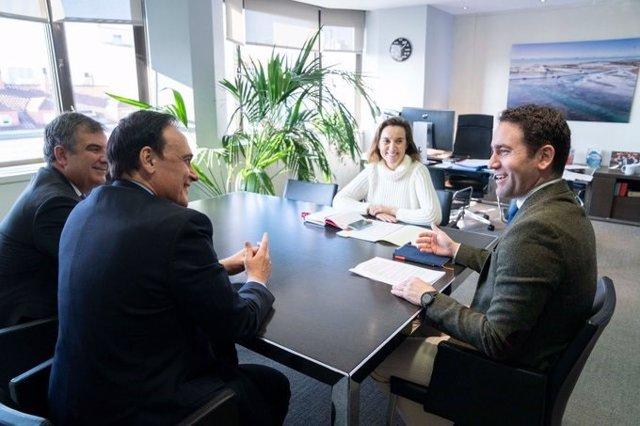 El secretario general del PP, Teodoro García Egea (a la derecha), junto al presidente de la Conferencia de los Rectores de Universidades Españolas (CRUE), José Carlos Gómez Villamandos.