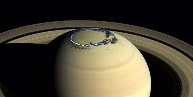 Aurora ultravioleta de Saturno captada por Cassini