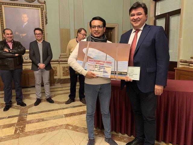 El alcalde de Huelva, Gabriel Cruz, entrega los premios del Tercer Rally Fotográfico 'Ciudad de Huelva'