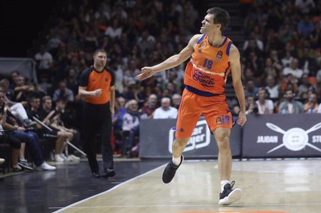 Fernando San Emeterio celebra una canasta con el Valencia Basket.