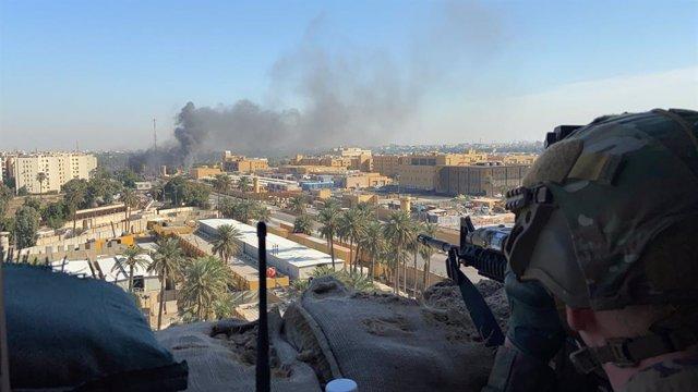 Irak.- Impactan varios proyectiles cerca de una base militar de Irak en la que h