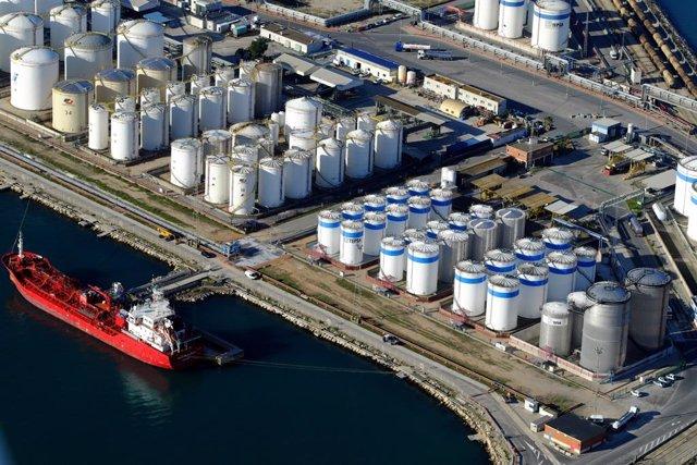 Port de Tarragona, la petroquímica en una imatge d'arxiu.