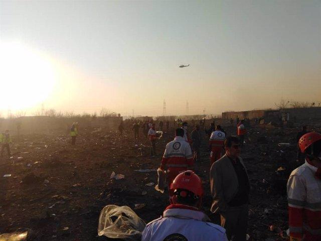 Restos del avión Boeing 737 de Ukraine International Airlines cerca de Teherán