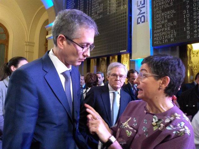 A la derecha, el gobernador del Banco de España, Pablo Hernández de Cos, y a la izquierda, la ministra de Asuntos Exteriores, UE y Cooperación, Arancha González Laya