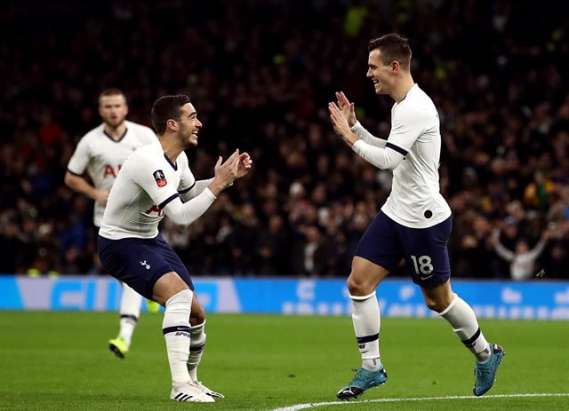 Giovani Lo Celso y Harry Winks celebran uno de los goles del Tottenham