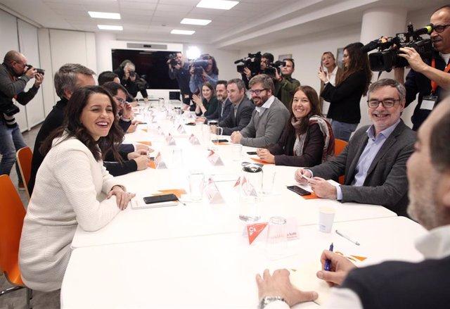 La portavoz de Ciudadanos en el Congreso, Inés Arrimadas (1i); el secretario general de Ciudadanos, José Manuel Villegas (1d), la responsable de Programas, Marina Bravo (2d); y el responsable de Organización, Fran Hervías (3d), entre otros miembros de C