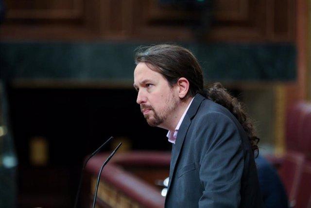 El secretario general de Podemos, Pablo Iglesias, interviene desde la tribuna del Congreso de los Diputados en la primera sesión del debate de investidura del candidato socialista a la Presidencia de Gobierno en la XIV Legislatura en Madrid (España), a 4