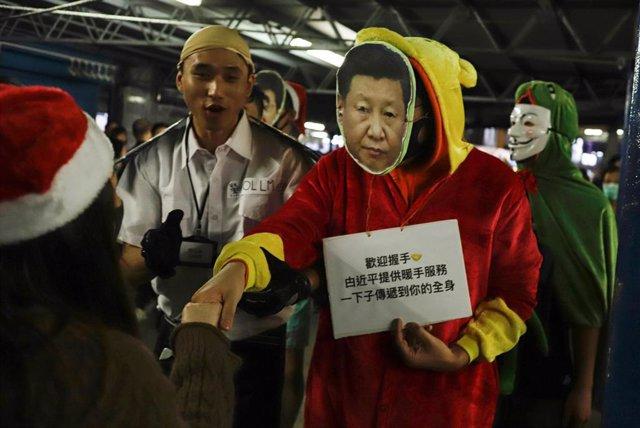Un manifestante vistiendo una careta del presidente de China, Xi Jinping, durante la jornada de protestas celebrada la víspera de Navidad de 2019 en Hong Kong.