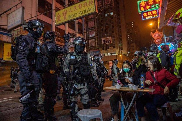 Agentes de la Policía de Hong Kong durante el operativo policial desplegado durante la jornada de protestas de la víspera del Día de Navidad (2019).