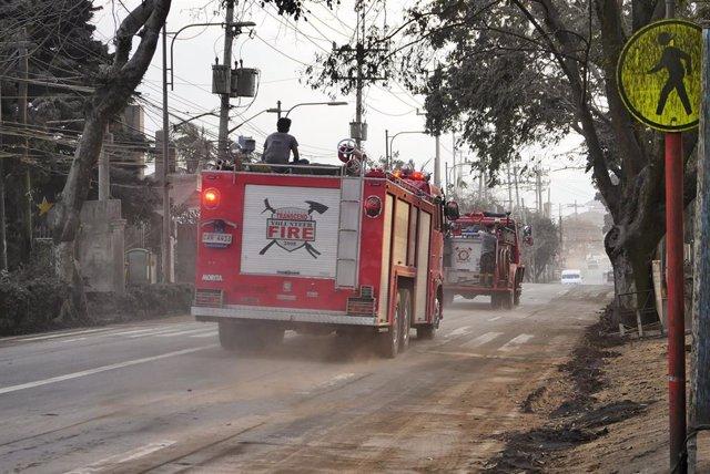 Bomberos acuden a un incendio derivado de la erupción del volcán Taal