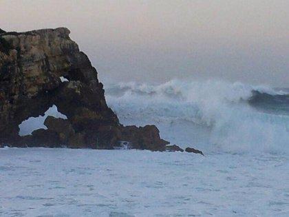 El viento roza los 100 km/h y las olas superan los 10 metros
