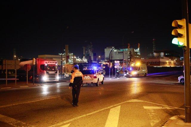Bomberos y servicios de Emergencia acuden a la explosión en la planta petroquímica de La Canonja (Tarragona)