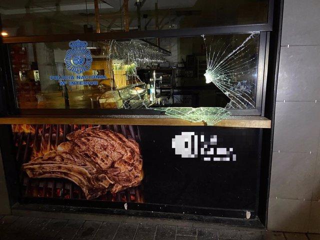 Policía Nacional detiene a una persona que fracturó con un adoquín la cristalera de un restaurante para entrar y robar