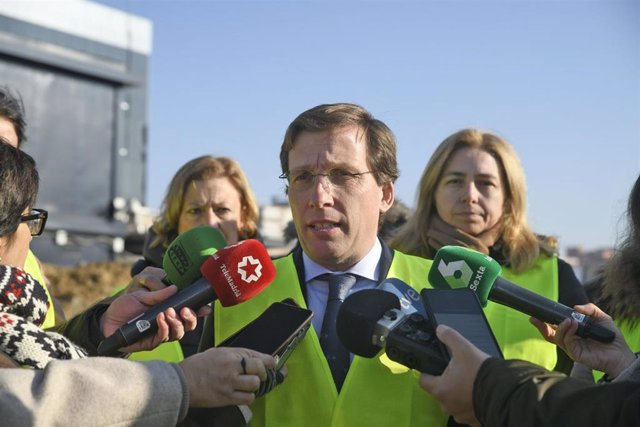 Ell alcalde de Madrid, José Luis Martínez-Almeida (c), ofrece declaraciones a los medios de comunicación tras visitar las obras de la nueva sede de la Policía Municipal en el distrito de Hortaleza, en Madrid (España), a 14 de enero de 2020.