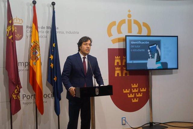 El consejero de Empleo, Investigación y Universidades, Miguel Motas, presenta la nueva aplicación del SEF para mejorar el control de la asistencia y la comunicación con los alumnos de cursos de formación