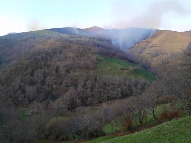 Solo sigue activo el incendio de Vega de Pas, que ya ha calcinado 100 hectáreas