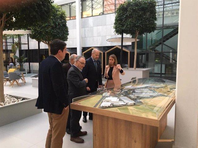 Javier Imbroda en su visita a la sede de Cosentino en Cantoria