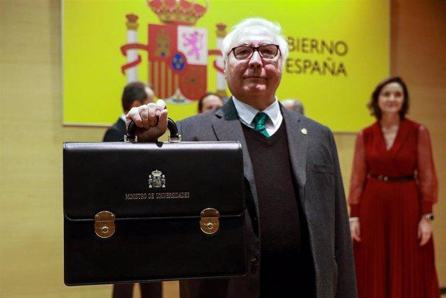 El nuevo ministro de Universidades, Manuel Castells, muestra la cartera durante el acto de su toma de posesión, el pasado lunes.