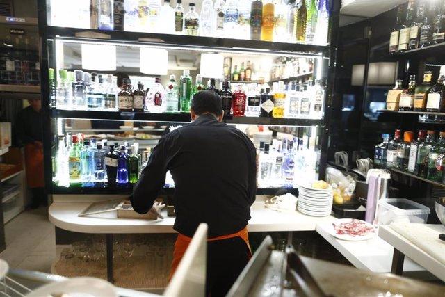 Un camarero trabaja en un bar.