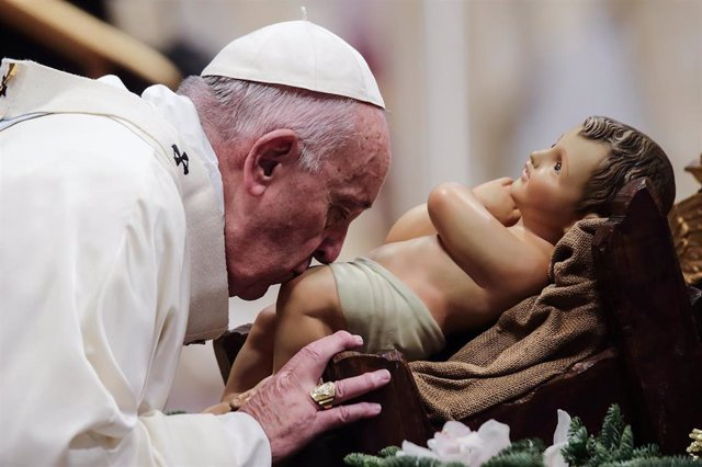 dpatop - 01 January 2020, Vatican, Vatican city: Pope Francis kisses a statue of Baby Jesus as he leads a mass for the solemnity of St. Mary at St. Peter's Basilica on New Year's Day. Photo: Evandro Inetti/ZUMA Wire/dpa