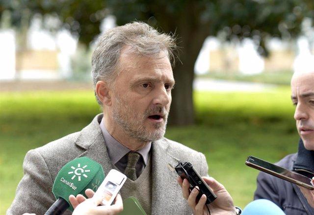 El portavoz parlamentario del PSOE-A, José Fiscal, atiende a los medios en el Parlamento.