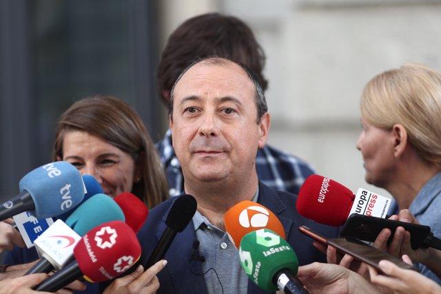 El secretario de Políticas Públicas y Protección Social de CC.OO, Carlos Bravo, atiende a los medios de comunicación el día en el que Unidas Podemos se reune con representantes de la CCOO y UGT en Madrid (España), a 9 de octubre de 2019.