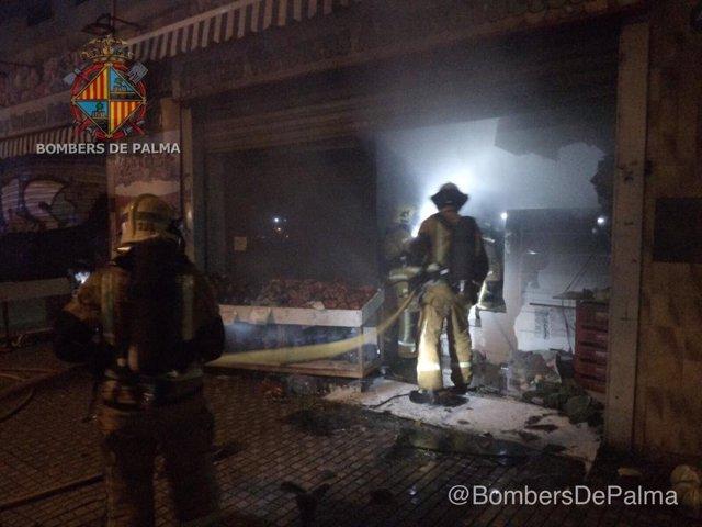 Incendio en una frutería en la calle Indalecio Prieto esta madrugada.